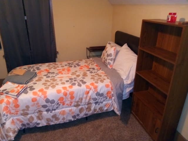 #F Hite/ 3rd floor room, washer, wifi, cable.