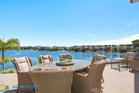Allure @ The Lakes. Pool table, golf buggy, views!
