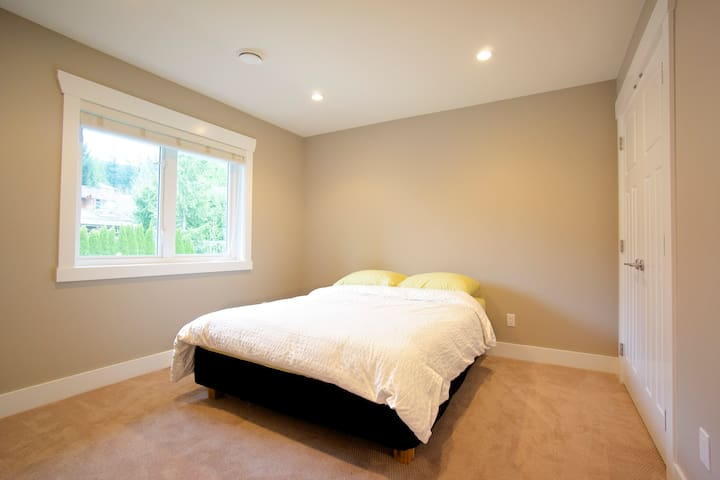 WELCOME HOM(URL HIDDEN)Room 4 - North Vancouver - House
