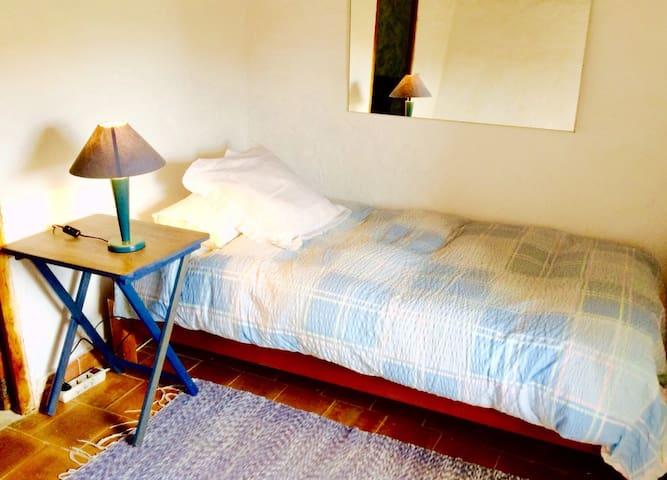 Das Einzelbett im zweiten im zweiten Schlafzimmer.