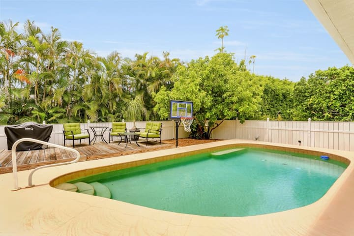 SYCAMORE CT. 931 WALKING DISTANCE TO BEACH WITH POOL!