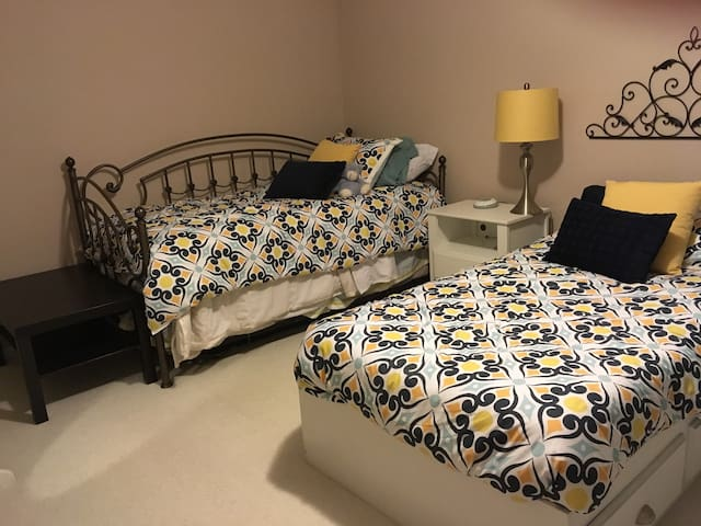 Room in Cozy Condo 4 Miles from Dulles Airport