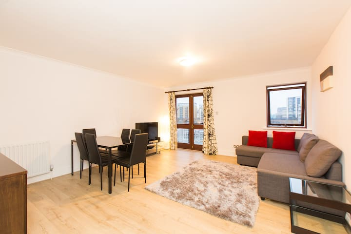 Spacious Three Bedroom In Limehouse Marina