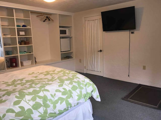TV with netflix, small fridge and microwave. Ample closet space with dishes and cutlery as well as tea, coffee, and oatmeal!