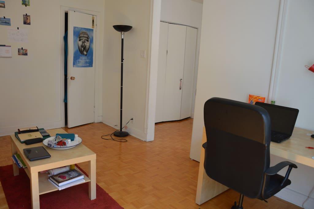 Partie Salon/Bureau avec porte de la SdB privée