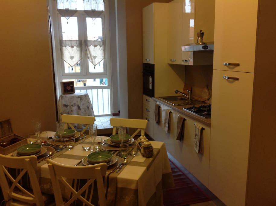 la cucina e la tavola apparecchiata