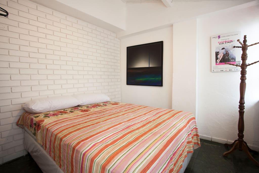 Quarto com cama de casal (Bedroom with double bed)
