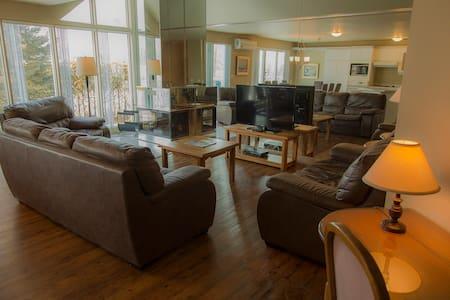 Villa 4 bedroom  Mont-Ste-Anne with air con. - Saint-Ferréol-les-Neiges - วิลล่า