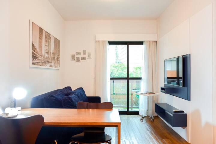 Vista geral da sala de estar com mesa de trabalho Living room overview with work desk