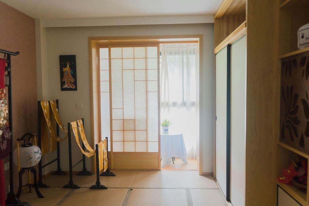 榻榻米房间一角,卧室。移门外面就是一个小阳台,有洗衣机,上面有晾衣架。