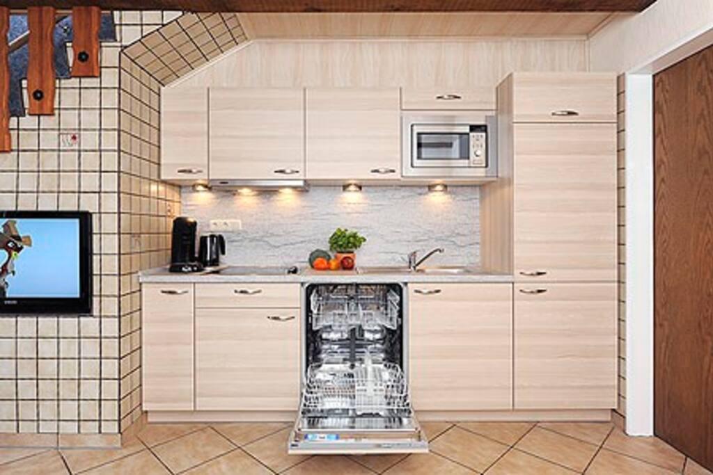 Neue Küchenzeile mit Microwelle und Spülmaschine
