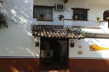 Main entrance to the building.  Entrada principal al Edificio sobre la calle de Amapas.