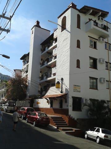 View of the building at street level. Corner of Amapas and Pulpito streets. Vista del Edificio. Esquina de Amapas y Pulpito.