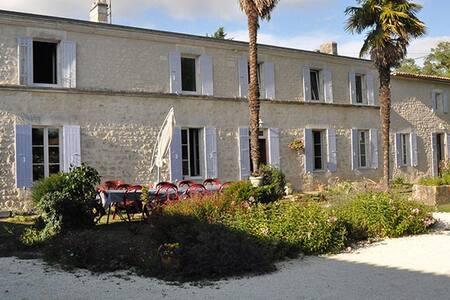 Maison d'hôtes les violettes de.... - Saint-Romain-de-Benet