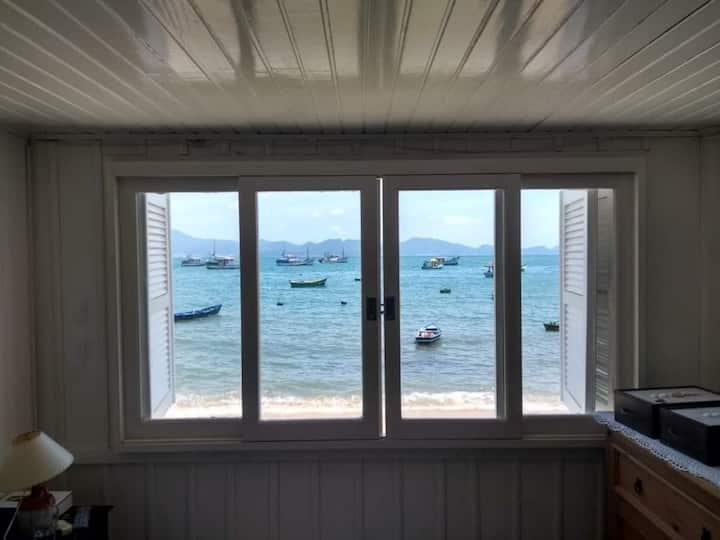 Casinha de frente para o mar, praia do Araça, SC