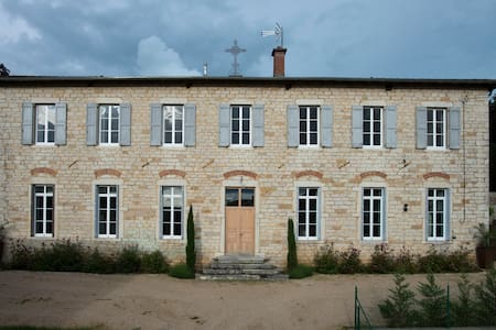 Le Cercle , maison au coeur du village. - Bed & Breakfast