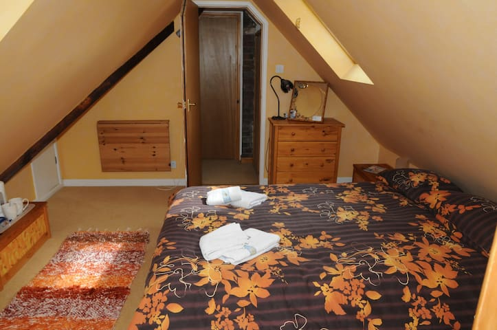 Warm, Cosy Double En-Suite Room + Bedsitting Room