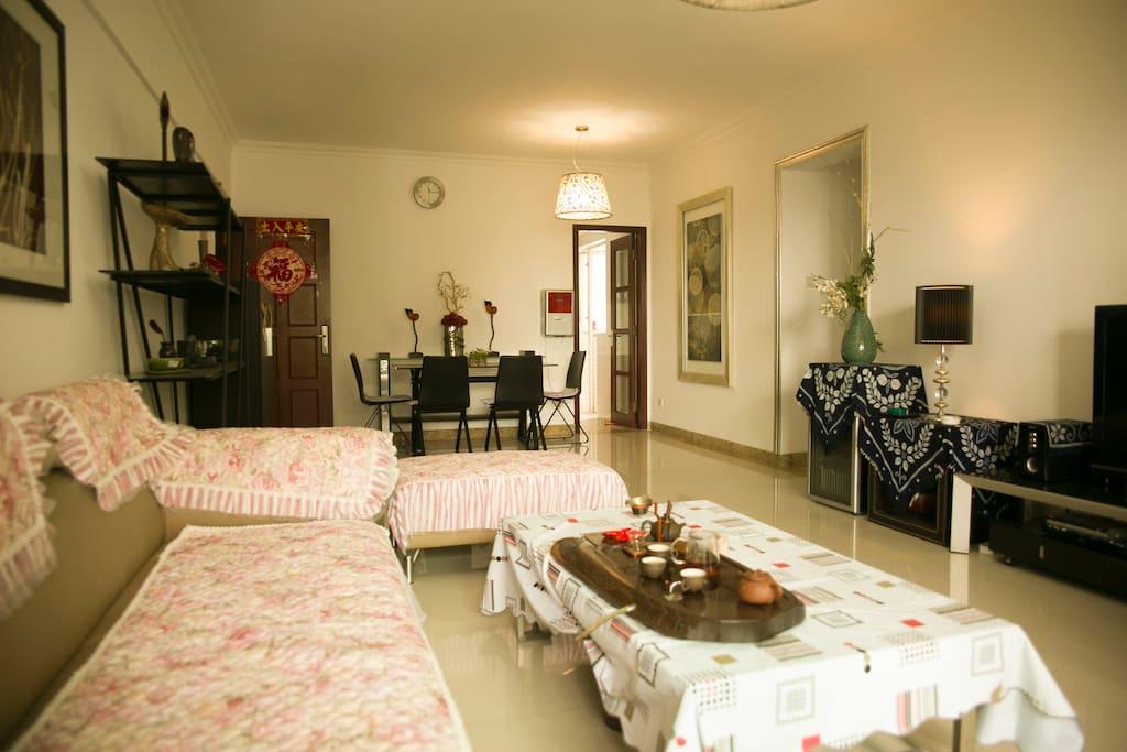 大厅宽敞整洁,喝茶饮酒聊天,温馨放松,酒柜,过滤水饮水机