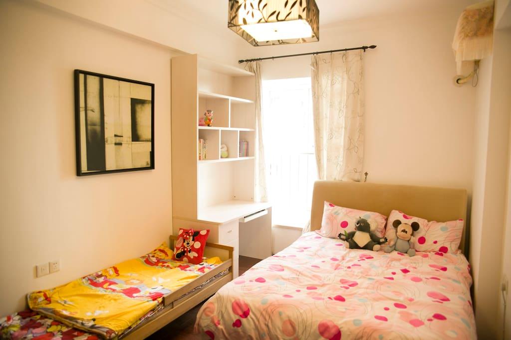南向卧室光线透亮,如果有孩子同行,5岁以下孩童可以独立睡自己的童床。预订前请提前告知。
