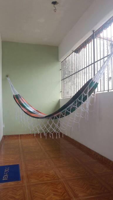 Varanda da sala com rede para descanso