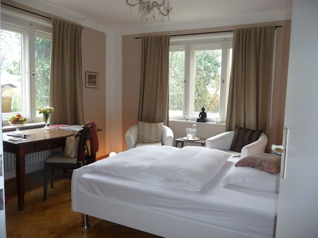 Centrally located, garden view room - München - Huvila