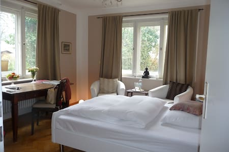 Centrally located, garden view room - München