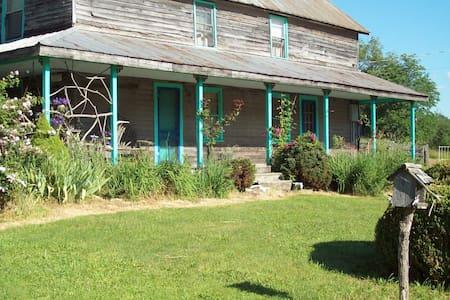 MOUNTAIN FARMHOUSE- 100 Years old - Newland