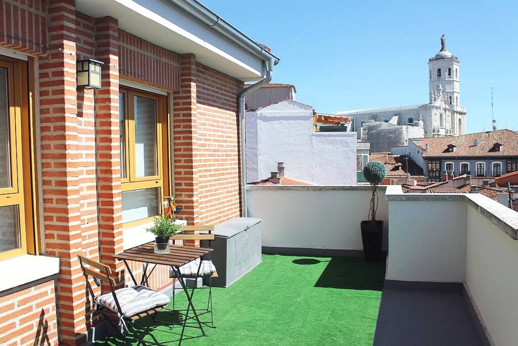 Gran terraza de 20m2. Sillas, mesa, hamacas...