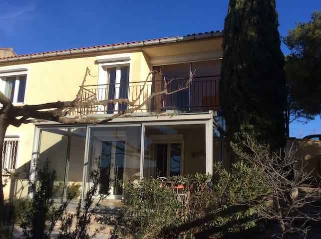 villa dans village avec jardin. - Lançon-Provence - บ้าน