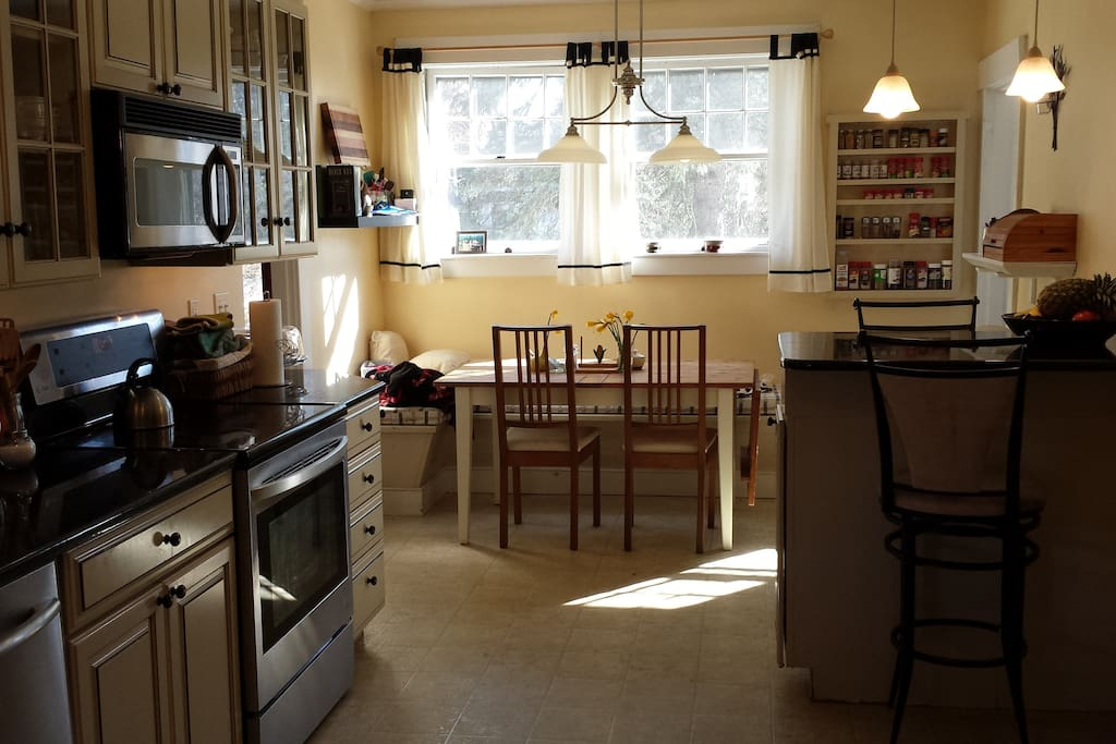 Eat in Kitchen plus 2 seater island, modern, fully stocked