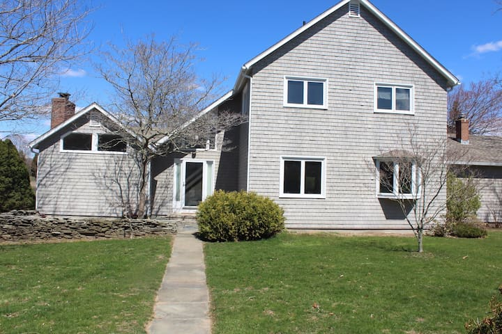Lovely waterfront house- Walk to Downtown Mystic and Mystic Seaport