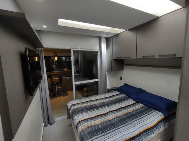 Quarto com cama de casal, cortina blackout, armários planejados, ótima iluminação, espelhos, tv 40'
