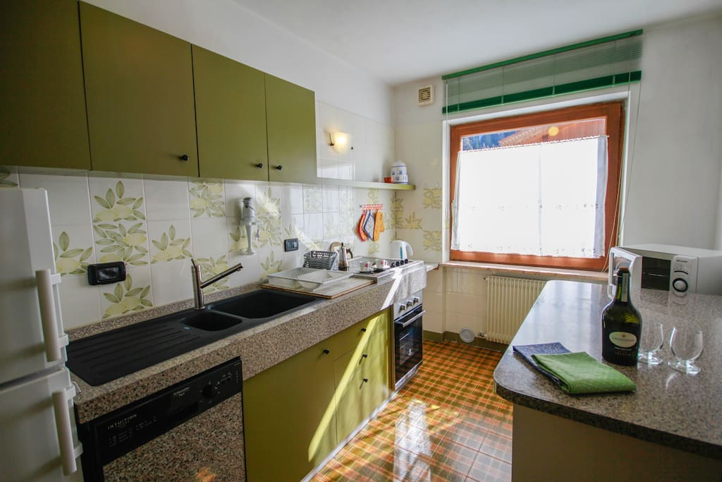 Kitchen/Cucina attrezzata: frigo, freezer, lavastoviglie, microonde, forno, bollitore, piastra vetroceramica