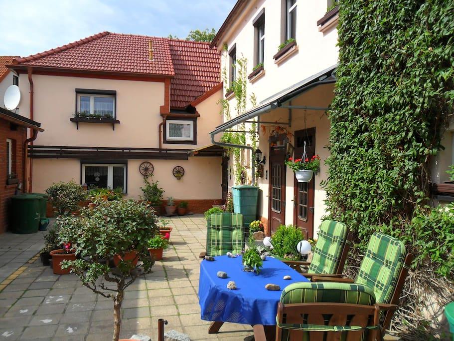 Begrünter Innenhof mit Sitzecke