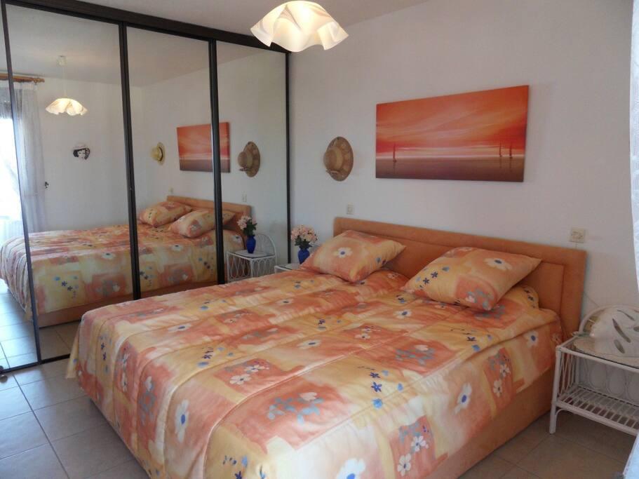 Спальня с отдельным выходом на террасу.
