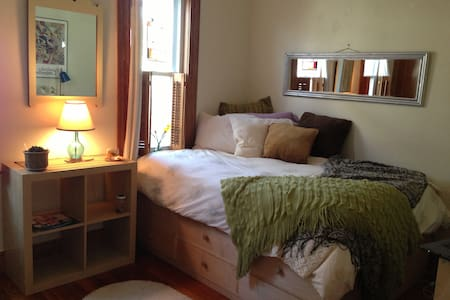 Private room in bungalow steps from Tufts: B&B&tea