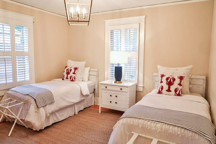 Bella Grace Cottage- Clean, Comfy & Available Now