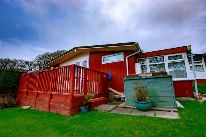 Lovely 2 Bedroom Chalet with Decking Area Sleeps 5