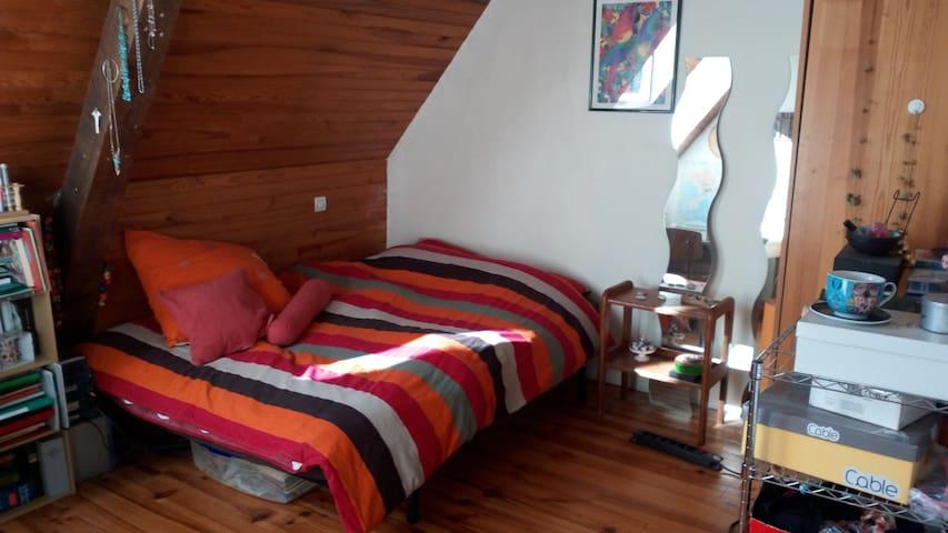 Chambre double dans grande maison avec jardin