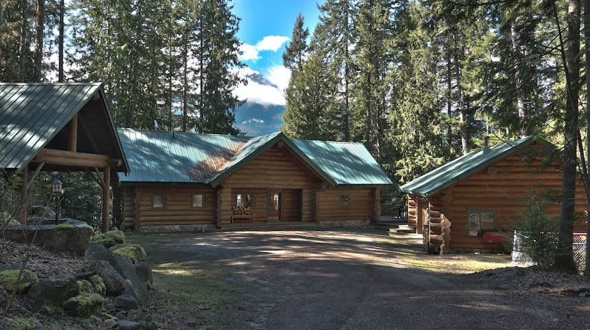Water's Edge Log Home - Nakusp - House