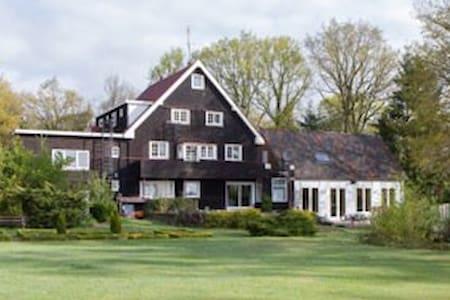 Spirituele plek in bosrijke omgeving (veluwe) - Loenen - Aamiaismajoitus