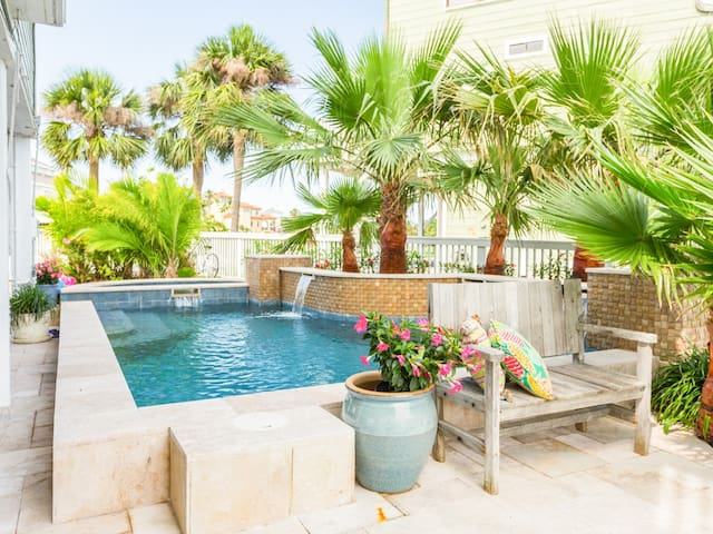 Absolutely gorgeous private pool. (Hot Tub Unavailable)