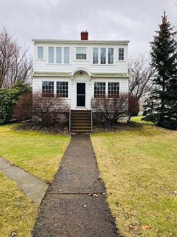 Charming 4 Bed Home close to Cedar Point w/ Pool