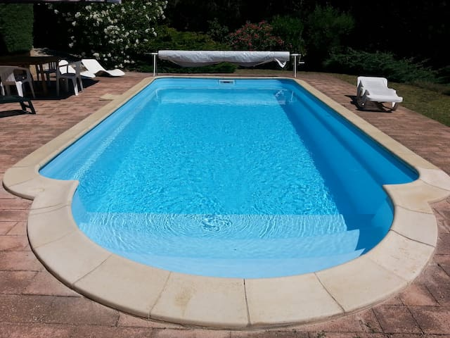 MAISON 2/8 PERS.  PISCINE ET TENNIS PRIVES