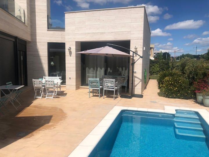 Espectacular chalet con chimena y piscina