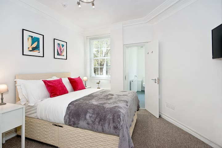 S7OG Private en-suite room in West End with wifi