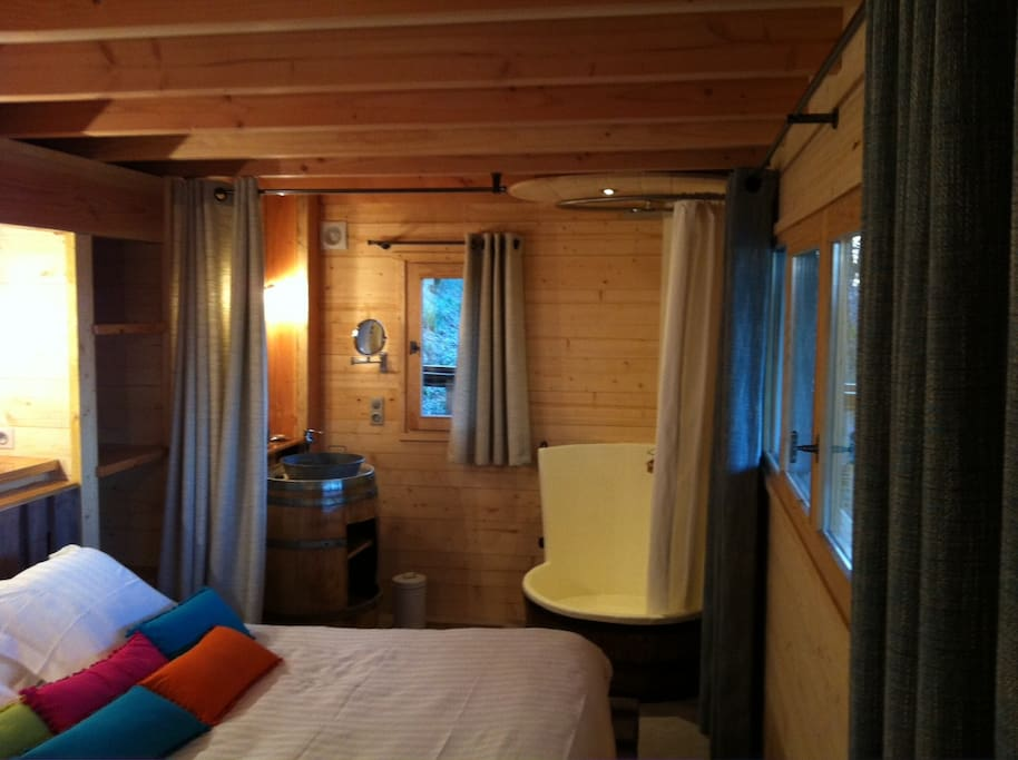 chambre avec lit pour deux personnes avec SDB avec douche et vasque