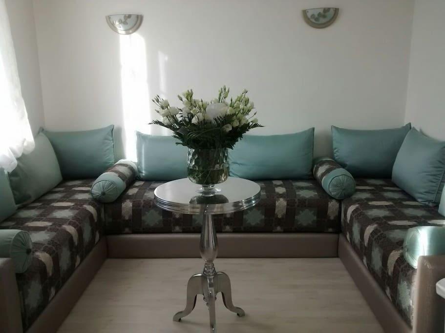 un petit salon avec 3 banquettes