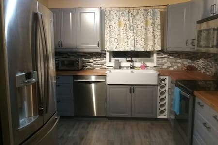 Spacious room in cozy, quiet house - North Lauderdale