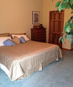 Walk to BMS 2 private rooms $350/night for both - Bluff City - House